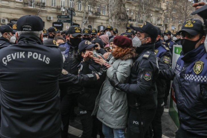 Bakıda polis feministlərin